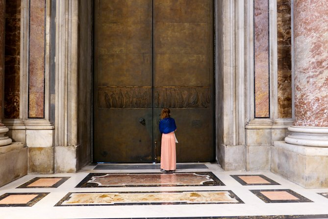Small-Group Walking Tour in St Peter's Square and Basilica: Dome Top & Grottoes