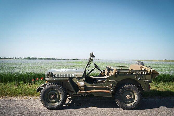 Jeep dans un champ de lin