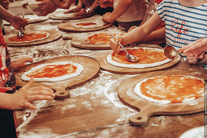 Deep-Dish Pizza Making in Chicago with Local Expert