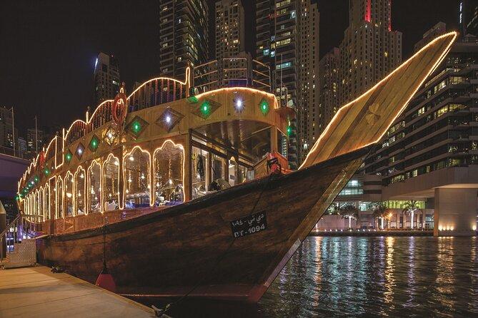 Cena en crucero por el puerto deportivo de Dubái