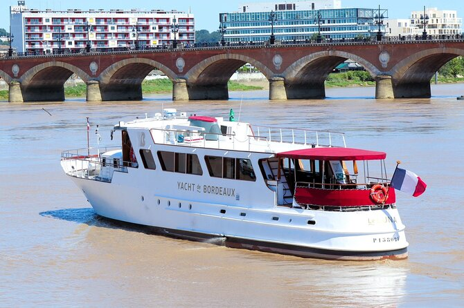 Prestige Commented Cruise with Glass of Wine and Canelé in Bordeaux