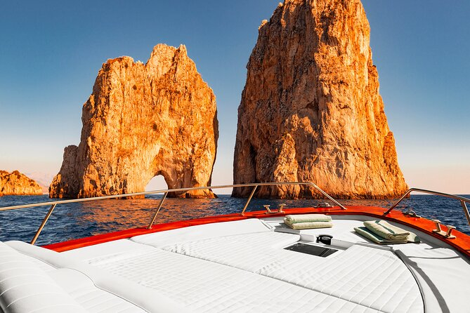 Capri: discover the beauties of the island aboard a luxury boat!