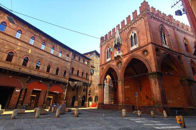 Private exploration game: Murder Mystery Tour in Old Town Bologna