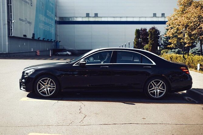 Departure Private Transfer: Detroit to Detroit Airport DTW in Business Car