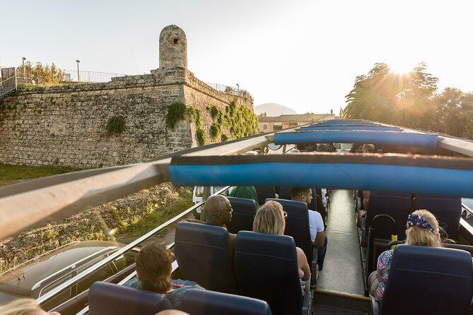 Recorrido en autobús con techo descubierto por Alcudia, Mallorca.