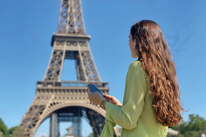 The Eiffel Tower district, audio-guided walking tour on smartphone