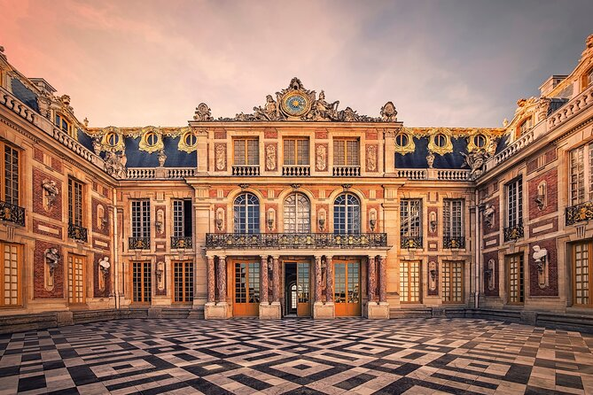 Versailles Palace and Trianon Guided Day Tour with Lunch in Gardens from Paris