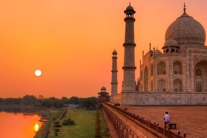 Private Sunrise half-day tour at Taj Mahal with visiting to Agra Fort