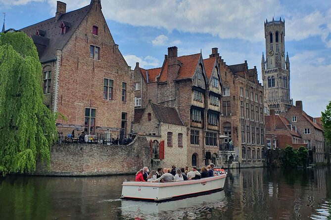 Discovering with a boat in Bruges!