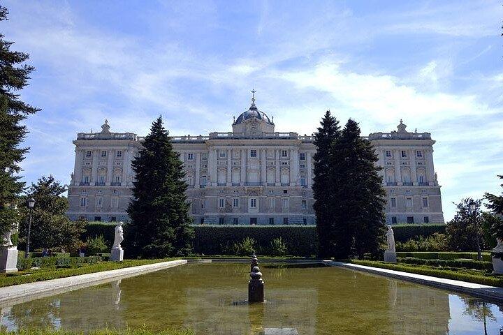 palais-royal-de-madrid-entree-coupe-file